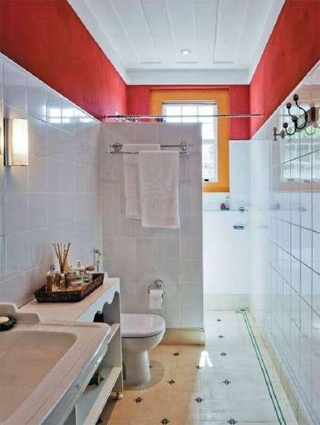 8. Banheiro pequeno vermelho e branco com decoração simples – Foto: Pinterest