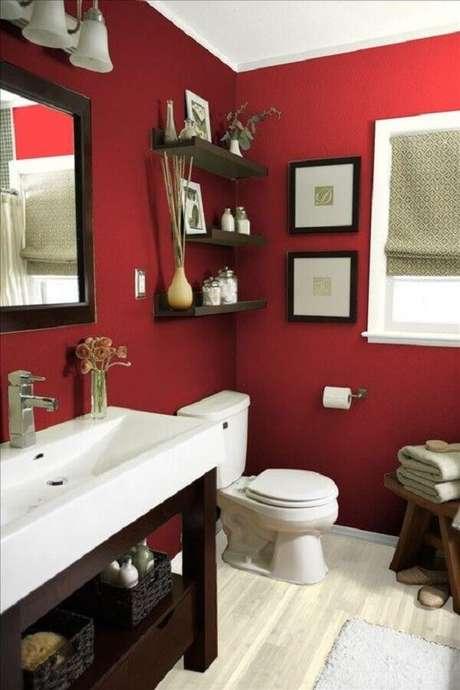 19. Banheiro vermelho decorado com prateleiras e gabinete de madeira escura – Foto: Pinterest