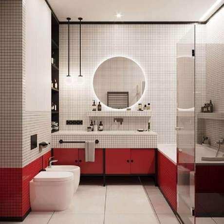 20. Decoração moderna para banheiro vermelho e branco com espelho redondo com LED – Foto: Apartment Therapy