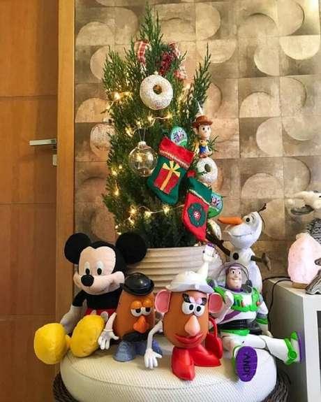 3- Brinquedos podem enfeitar o pé do pinheiro de natal. Fonte: Pinterest