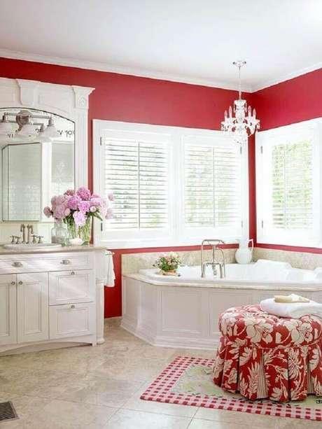 9. Decoração clássica de banheiro vermelho e branco de luxo – Foto: Deavita