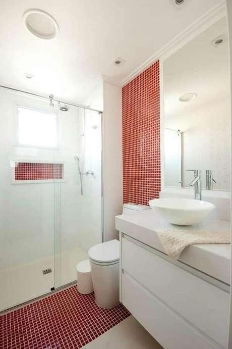 22. Banheiro com pastilha vermelha dentro de nicho embutido e em faixa que desce da parede para o chão – Foto: Proaro Brasil Arquitetura