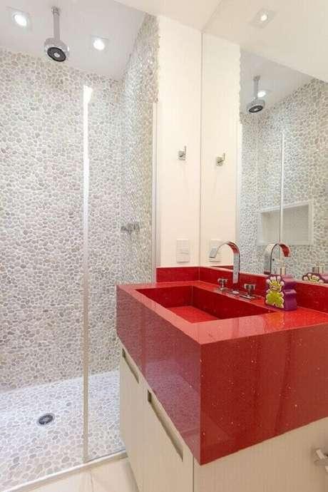 23. Decoração clean para banheiro branco com bancada vermelha planejada – Foto: Pinterest