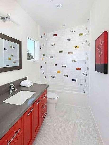 25. Banheiro vermelho e branco decorado com detalhes coloridos na área do box e bancada cinza – Foto: Rosa Milena Meneses