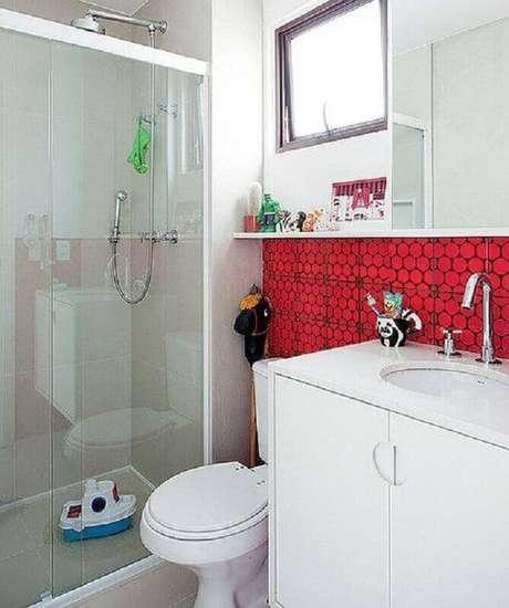 26. Revestimento para decoração de banheiro vermelho e branco – Foto: Pinterest