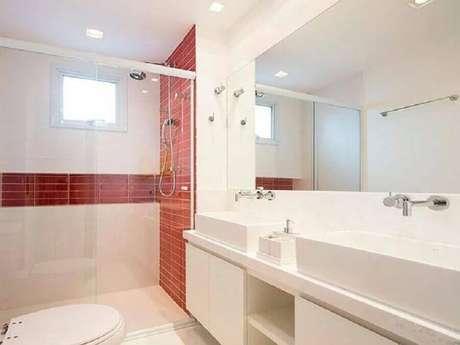 28. Decoração clean para banheiro vermelho e branco planejado – Foto: Pinterest