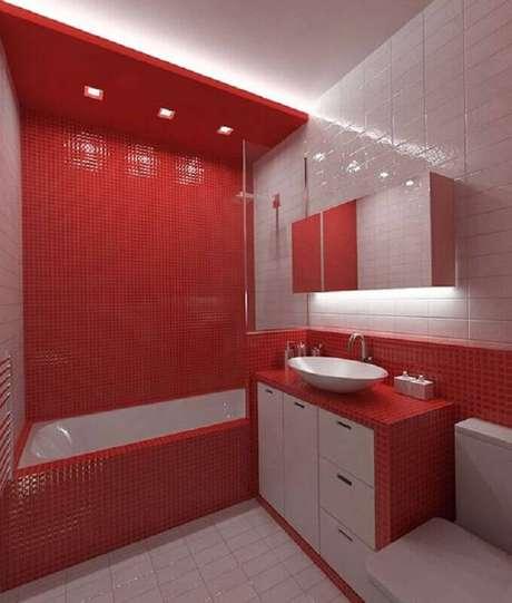 29. Decoração de banheiro com pastilha vermelha com banheira – Foto: Rosa Milena Meneses