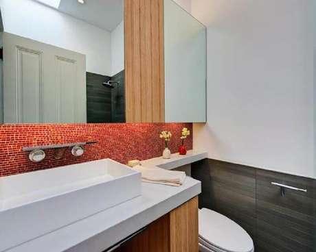 30. Decoração de banheiro com pastilha vermelha na parede da bancada – Foto: Pinterest