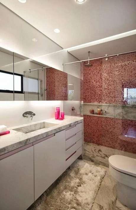 31. Decoração de banheiro com pastilha vermelha apenas na área do box – Foto: Elmor Arquitetura