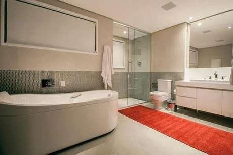 32. Decoração de banheiro branco com tapete vermelho – Foto: Deborah Basso