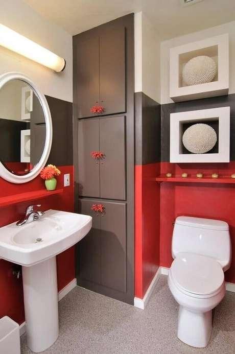 35. Decoração de banheiro vermelho, cinza e branco com nichos e armário planejado – Foto: HKW Designs