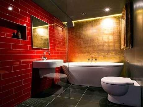 36. Decoração de banheiro vermelho com estilo industrial – Foto: House to Home