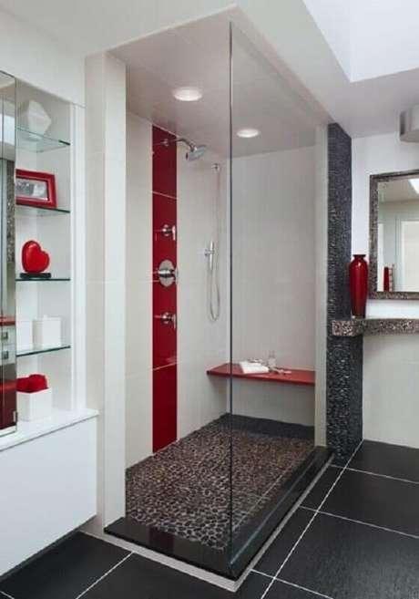 37. Banheiro vermelho e branco amplo decorado com prateleiras de vidro – Foto: Pinterest