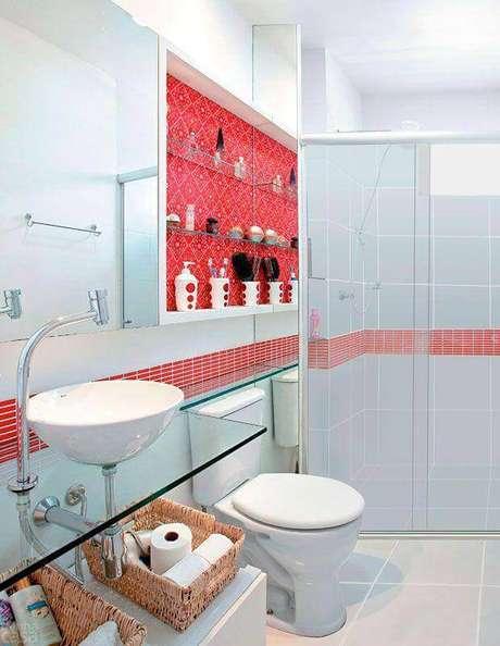 5. Decoração de banheiro vermelho e branco com bancada de vidro – Foto: Emme Interiores