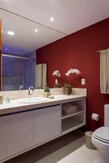 38. Gabinete planejado para decoração de banheiro vermelho e branco – Foto: Casa de Valentina