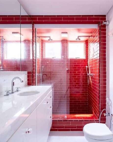 39. Decoração de banheiro vermelho e branco com revestimento vermelho apenas na área do box – Foto: Casa de Valentina