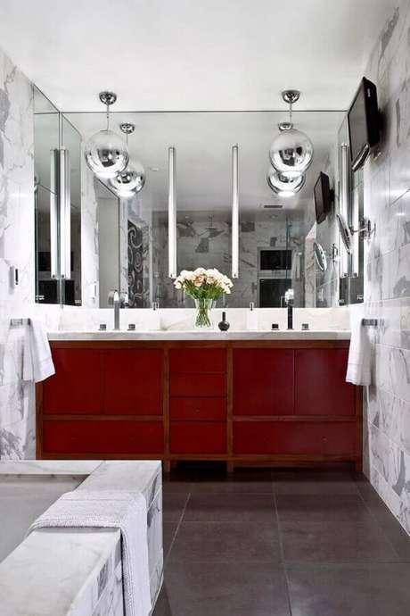 42. Decoração moderna com gabinete para banheiro vermelho e pendentes redondos cromados – Foto: Apartment Therapy