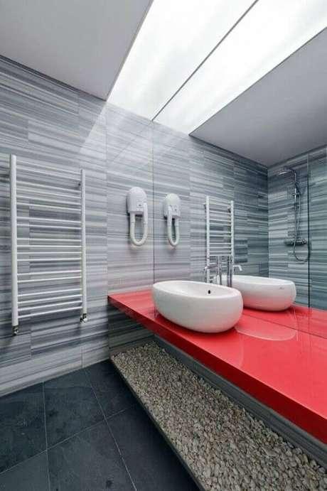 6. Decoração moderna com bancada de banheiro vermelha – Foto: Architizer