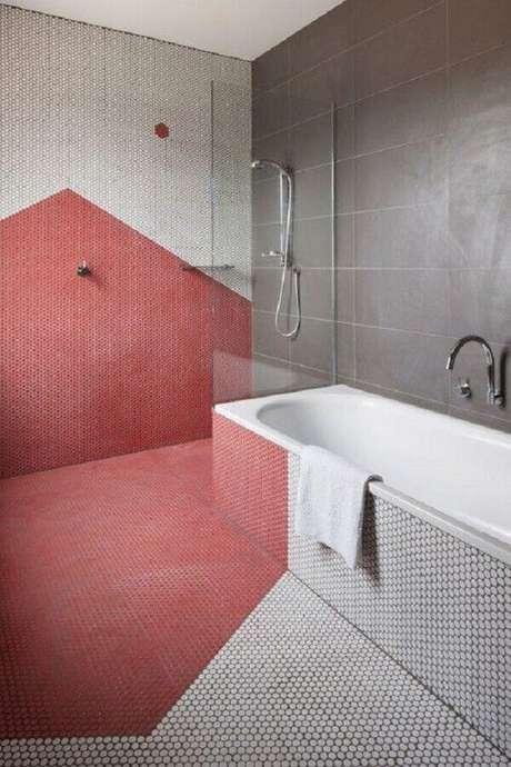 44. Decoração moderna para banheiro vermelho e cinza com pastilhas hexagonais – Foto: Futurist Architecture