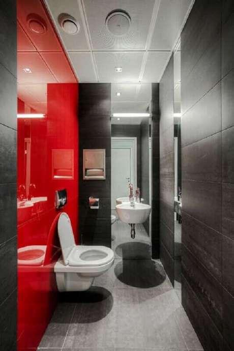 45. Decoração moderna de banheiro vermelho e cinza pequeno – Foto: Pinterest