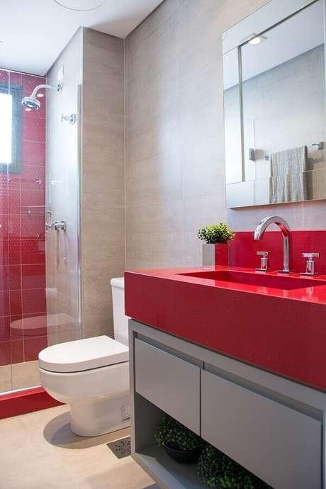 47. Banheiro vermelho decorado com gabinete planejado e espelho bisotado – Foto: Homify