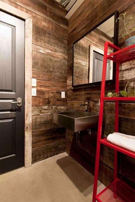 7. Decoração rústica com armário de banheiro vermelho – Foto: Houzz