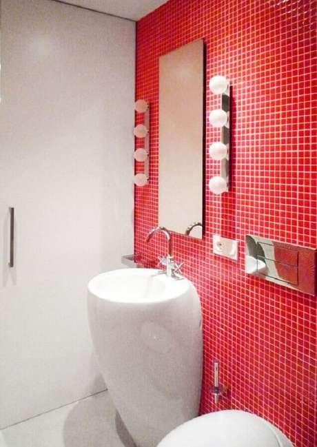48. Banheiro com pastilha vermelha simples decorado com espelho sem moldura – Foto: Archinect