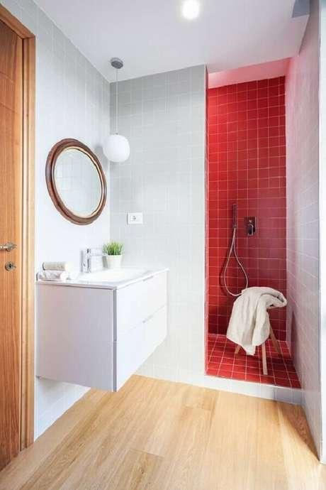 49. Decoração simples para banheiro vermelho e branco com espelho redondo – Foto: Homify