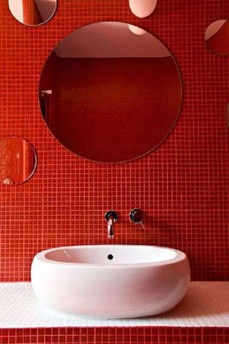 50. Espelho redondo sem moldura para decoração de banheiro com pastilha vermelha – Foto: Homedit