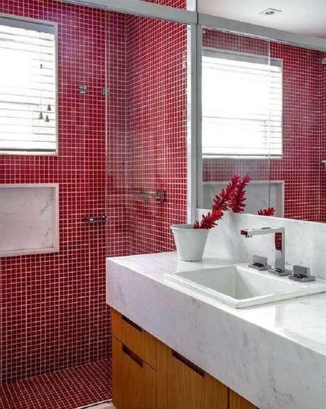 51. Banheiro com pastilha vermelha na área do box e bancada de mármore – Foto: Home Fashion Trend