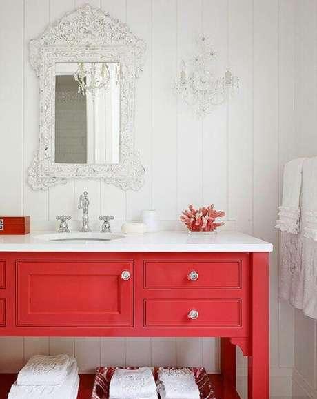 52. Gabinete para banheiro vermelho com estilo clássico – Foto: Better Homes