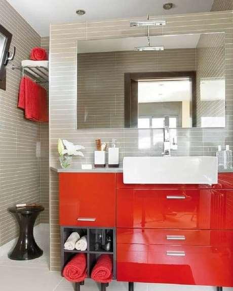 53. Decoração moderna com armário de banheiro vermelho e revestimento cinza – Foto: Mi Casa Revista