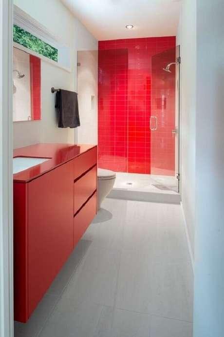 54. Decoração simples para banheiro vermelho e branco com box de vidro – Foto: Dwell