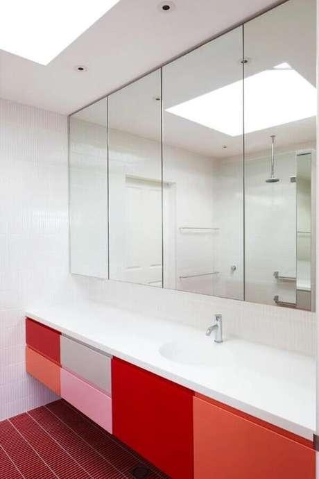 55. Gabinete para banheiro vermelho com portas em várias tonalidades – Foto: Pinterest