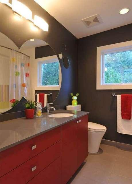 56. Decoração com paredes cinza e gabinete para banheiro vermelho – Foto: Apartment Therapy