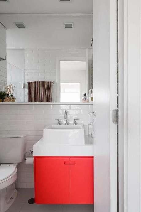 57. Decoração clean com gabinete para banheiro vermelho e branco – Foto: Home Fashion Trend