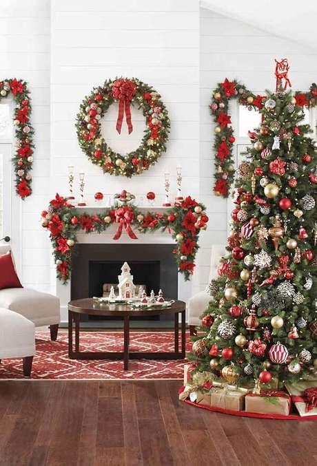 1- Guirlanda, pinheiro e festão de natal complementam a decoração da sala. Fonte: Pinterest