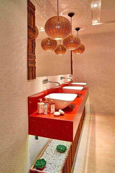 58. Lustre pendente rústico para decoração de bancada de banheiro vermelho – Foto: Casa de Valentina
