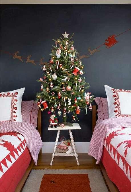 69- O pinheiro de natal foi posicionado dentro do quarto compartilhado. Fonte: Pinterest
