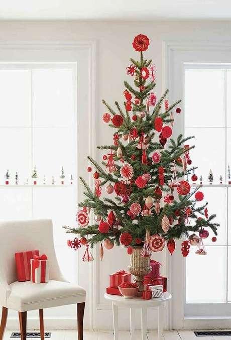 59- O pinheiro de natal para ficar mais alto foi posicionado sobre o banquinho branco. Fonte: Pinterest