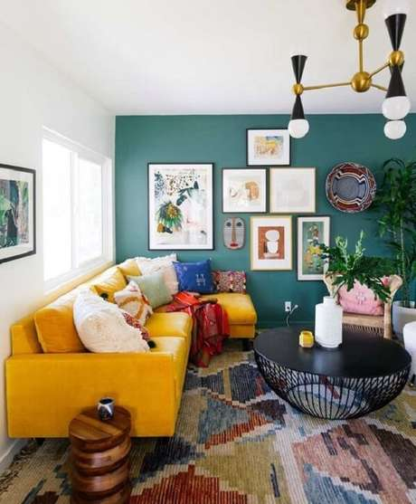 22. Para uma sala descontraída opte por modelos de mesa de centro redonda diferenciada. Fonte: Pinterest