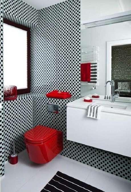 62. Pastilha preta e cinza para decoração de banheiro com detalhes em vermelho – Foto: Deavita