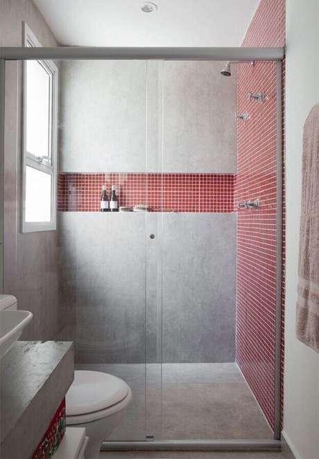 63. Decoração moderna para banheiro com pastilha vermelha e parede de cimento queimado – Foto: Futurist Architecture