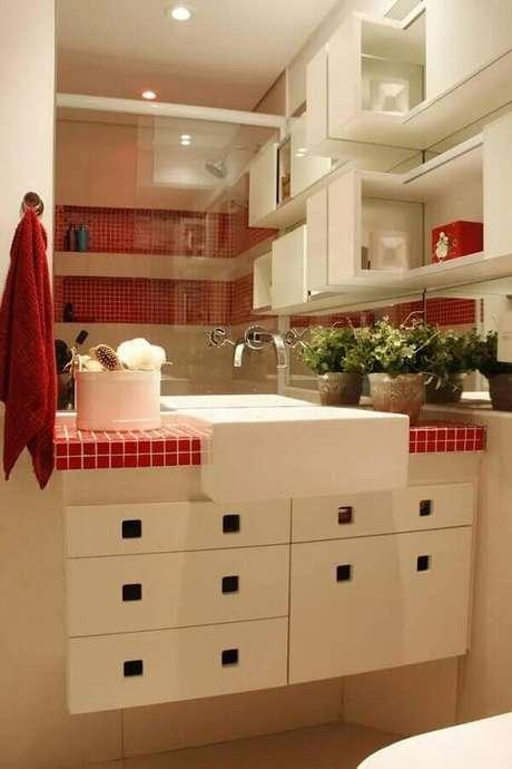 4. Você pode usar o vermelho em apenas alguns detalhes do banheiro decorado – Foto; LX Arquitetura