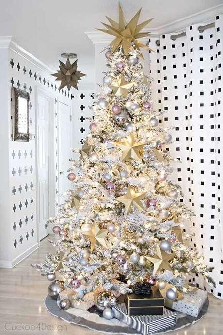 5- Pinheiro de natal branco com detalhes em dourado para uma decoração clean. Fonte: Pinterest