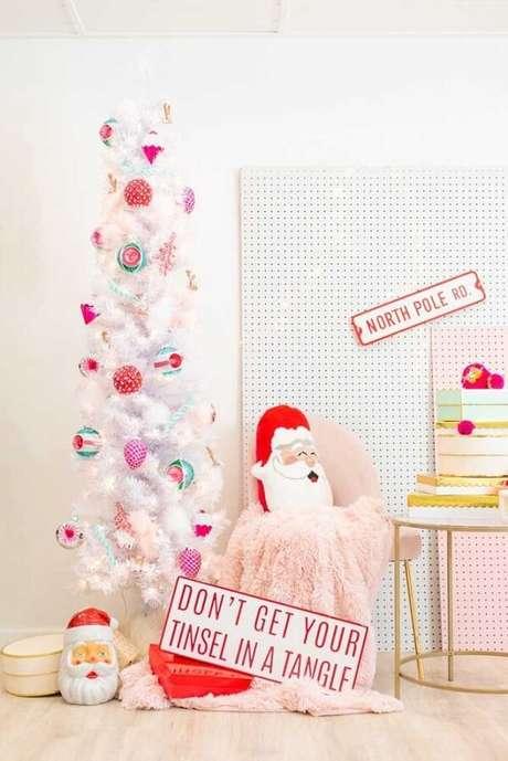 57- Pinheiro de natal branco decorado com enfeites alegres. Fonte: Pinterest
