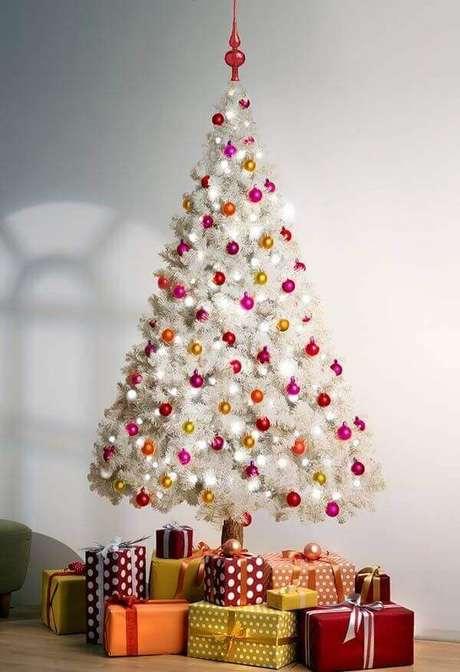 66- O pinheiro de natal branco combina com todos os estilos de decoração. Fonte: Pinterest