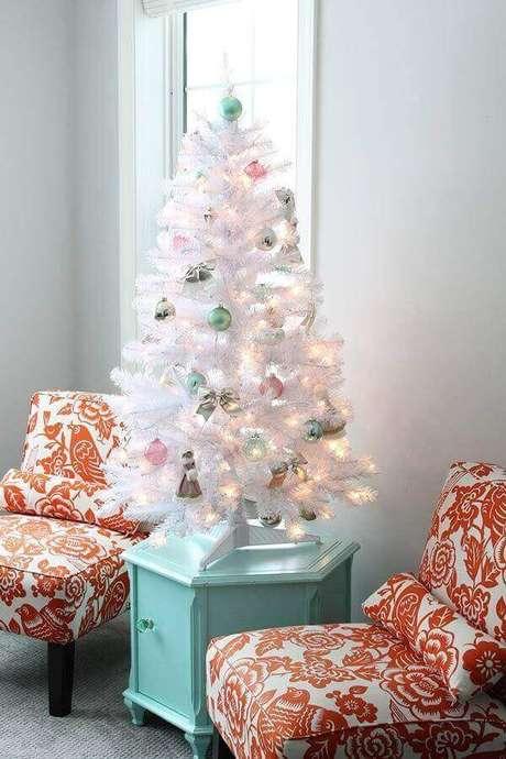 13- Em espaços pequenos o pinheiro de natal branco pode ser colocado sobre mesas laterais. Fonte: Pinterest