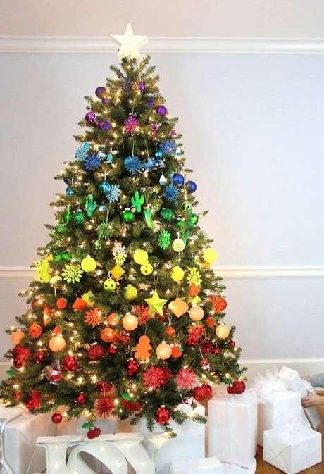 8- Pinheiro de natal com decoração divertida e colorida. Fonte: Pinterest