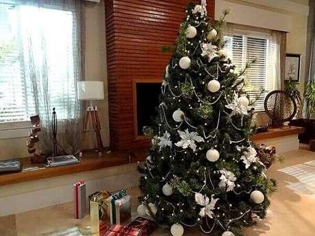 18- O pinheiro de natal foi decorado com enfeites em branco e prateado. Fonte: Casa Mais Interiores